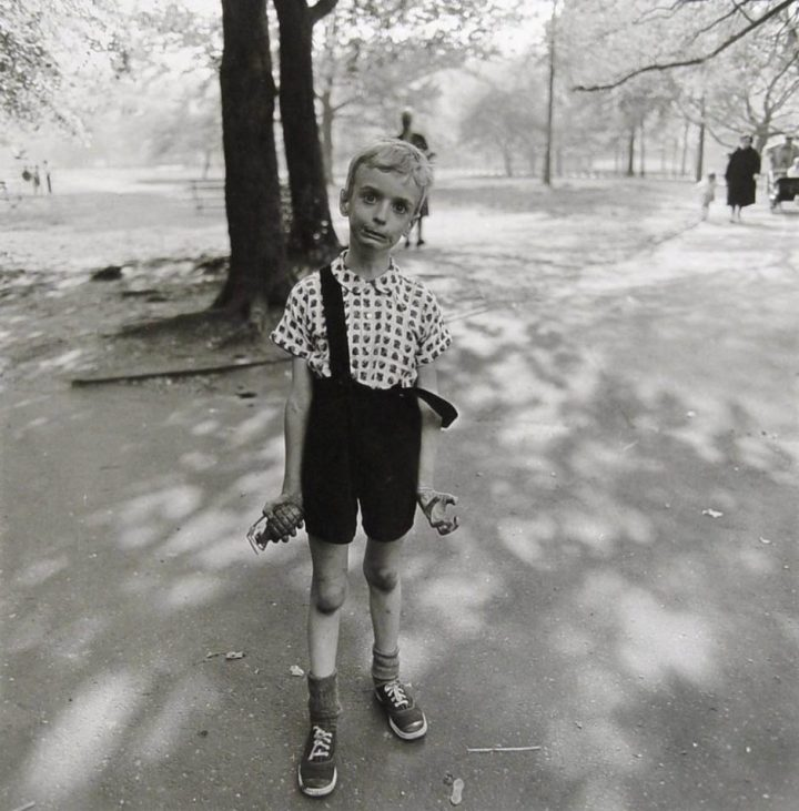 diane-arbus-child-with-toy-hand-grenade-940x955